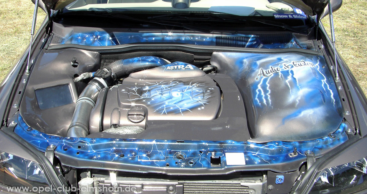Perleberg-2008-0041-Motorraum-mit-Airbrush-und-Monitor